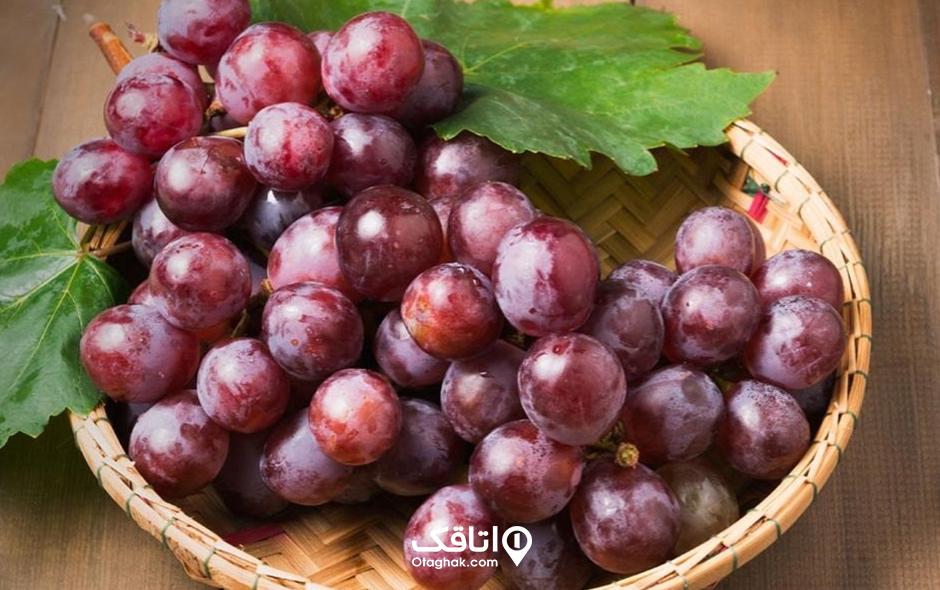 انگور قرمز تیره یا انگور قهوه ای