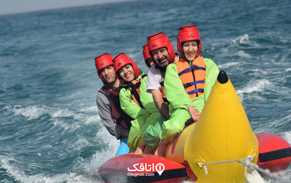 بنانا تفریحی خانوادگی در آب دریا